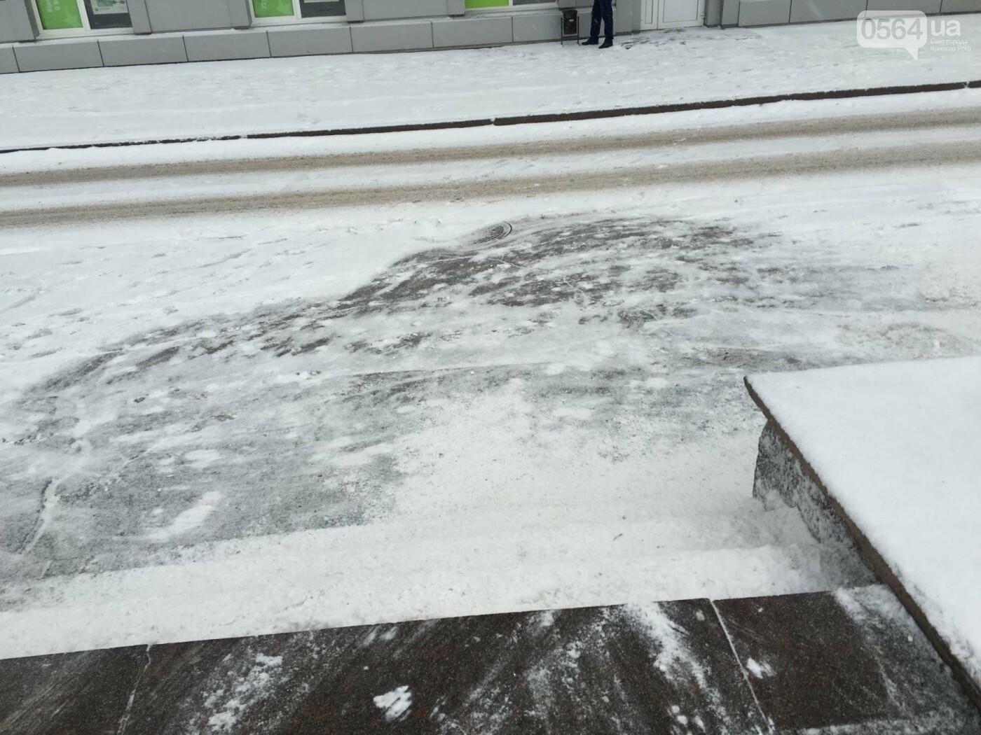 """Пока вокруг станций криворожского """"скоростного""""  расчищают дорожки, в вагонах трамвая идет снег (ФОТО), фото-15"""
