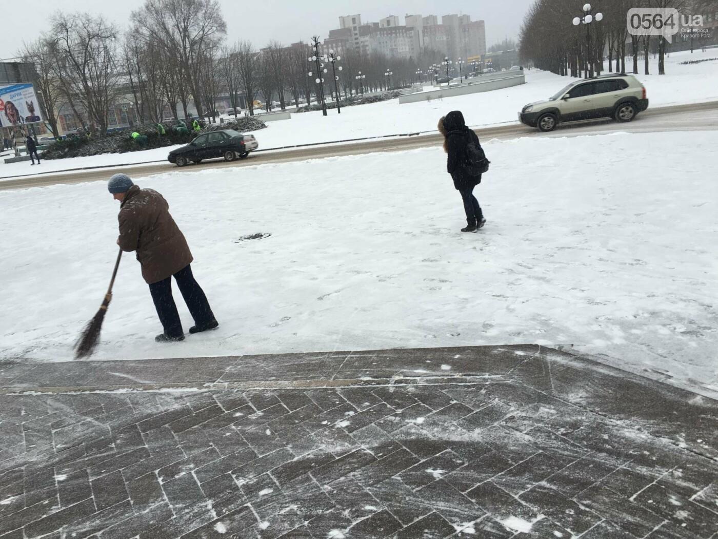 """Пока вокруг станций криворожского """"скоростного""""  расчищают дорожки, в вагонах трамвая идет снег (ФОТО), фото-24"""