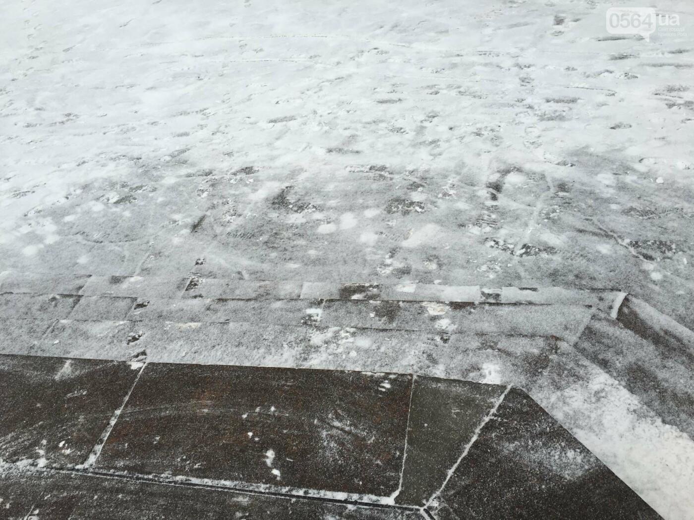 """Пока вокруг станций криворожского """"скоростного""""  расчищают дорожки, в вагонах трамвая идет снег (ФОТО), фото-27"""