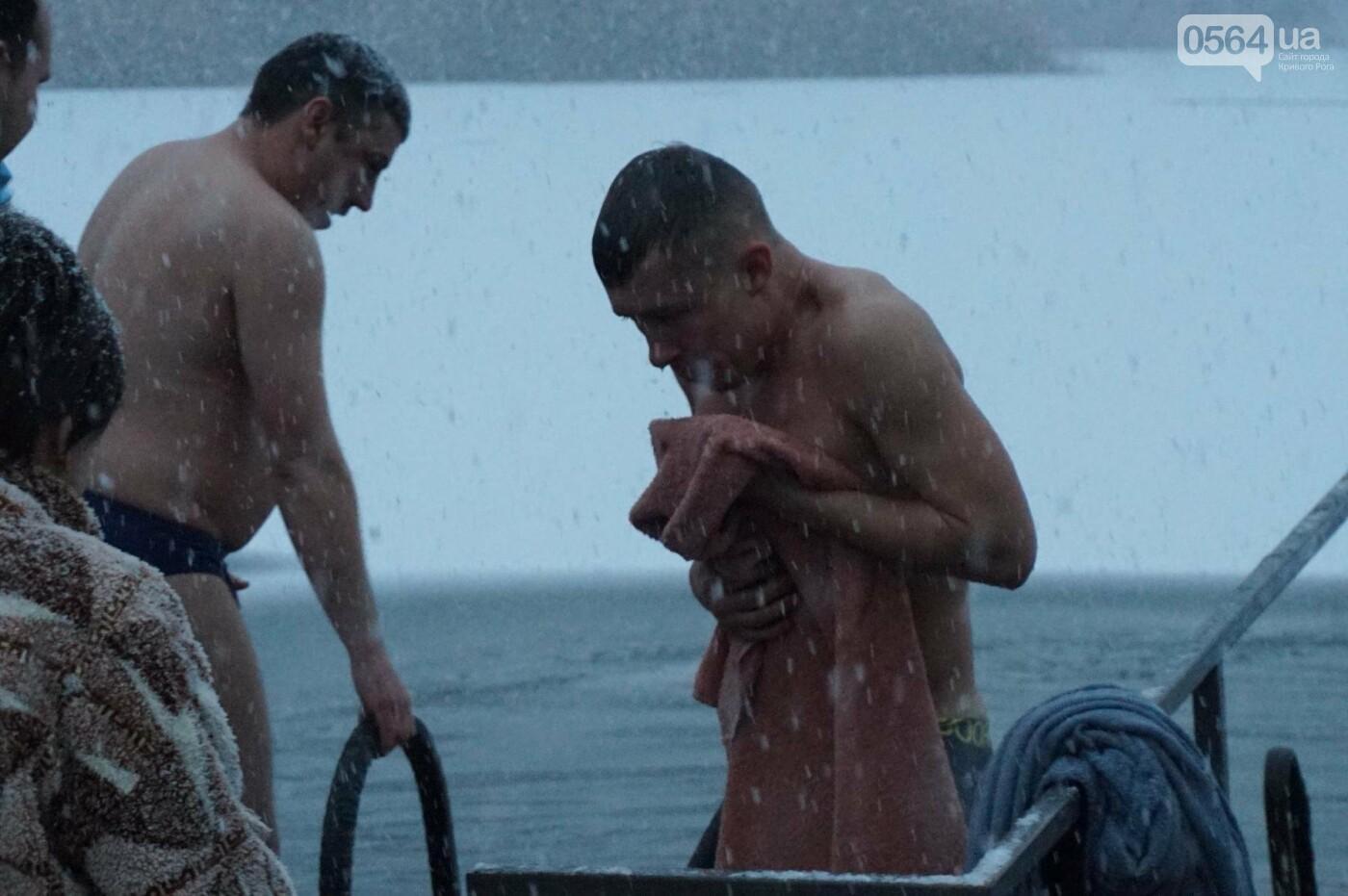 """""""Вода - просто огонь!"""": сотни криворожан окунулись в прорубь на Крещение  (ФОТО, ВИДЕО), фото-2"""