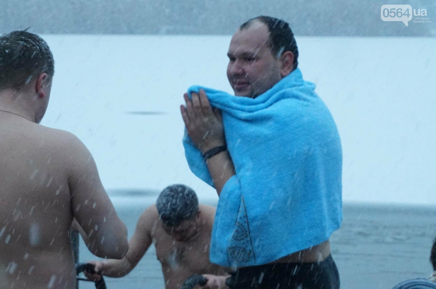 """""""Вода - просто огонь!"""": сотни криворожан окунулись в прорубь на Крещение  (ФОТО, ВИДЕО), фото-1"""
