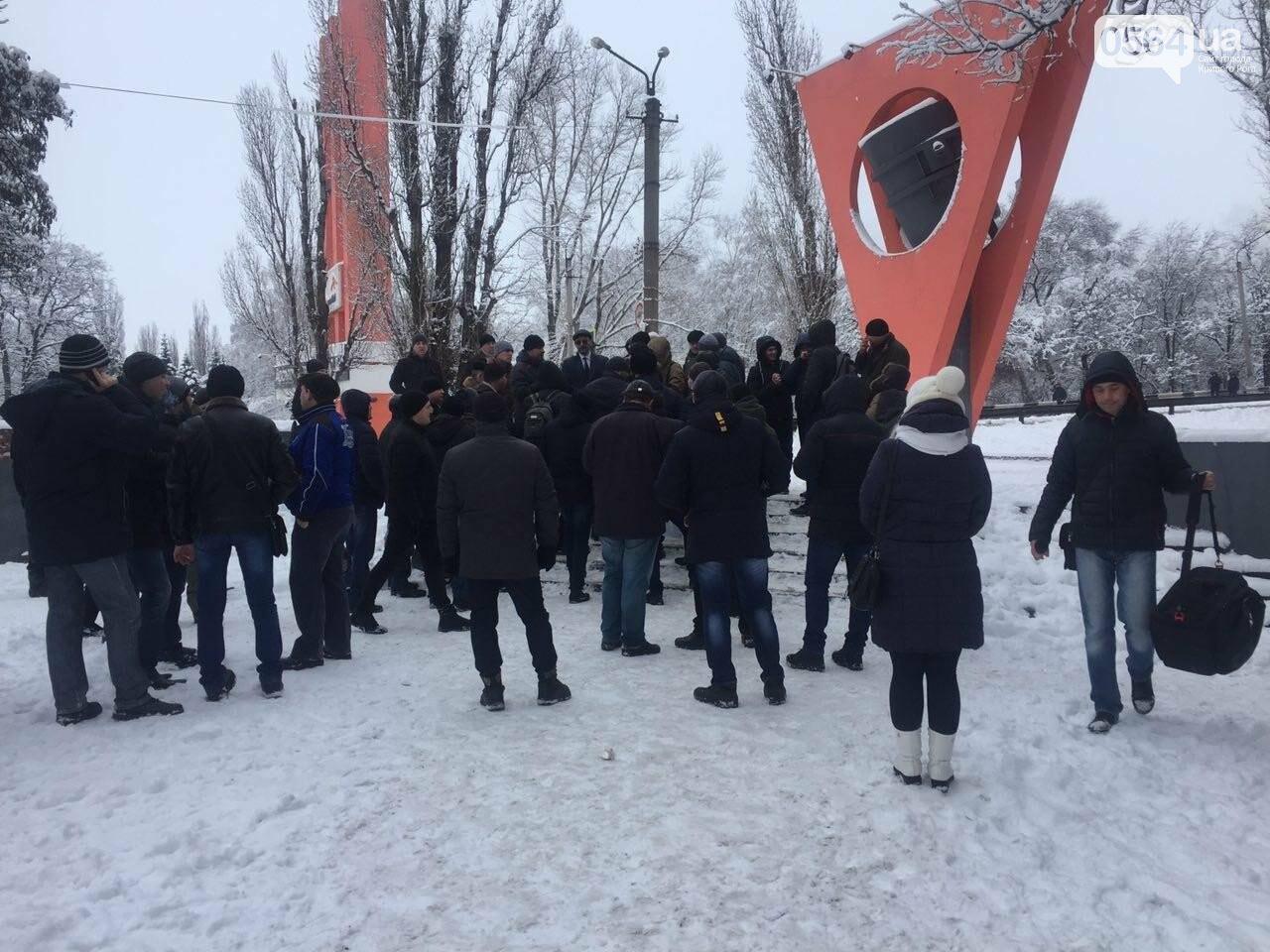 В кривом Роге: митинговали металлурги, бойца АТО выгнали из маршрутки, после спора с полицейским повесился водитель , фото-1