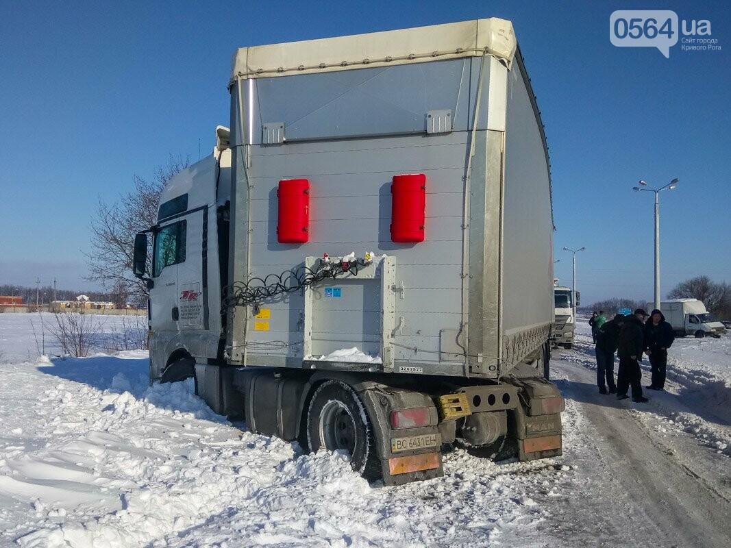 На Криворожской трассе пассажирский автобус врезался в электроопору (ФОТО), фото-1