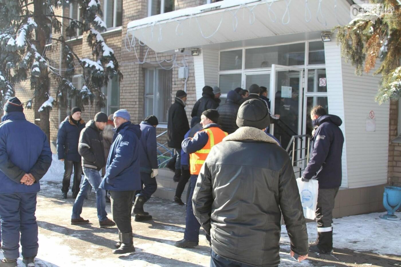 В Кривом Роге: митинговали перед Горводоканалом, горела многоэтажка, на мужчину рухнула ветка , фото-1