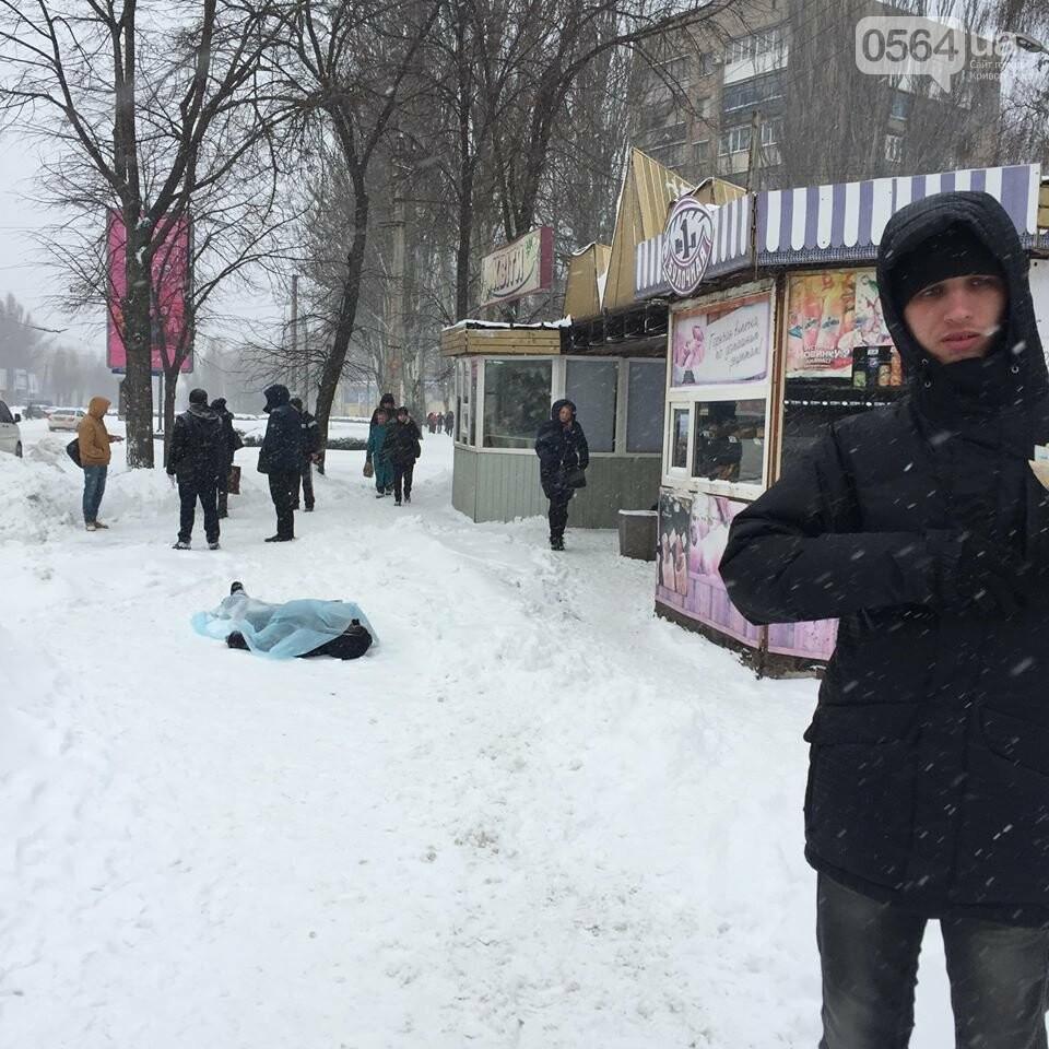 В Кривом Роге на остановке обнаружили труп (ФОТО 18+), фото-2