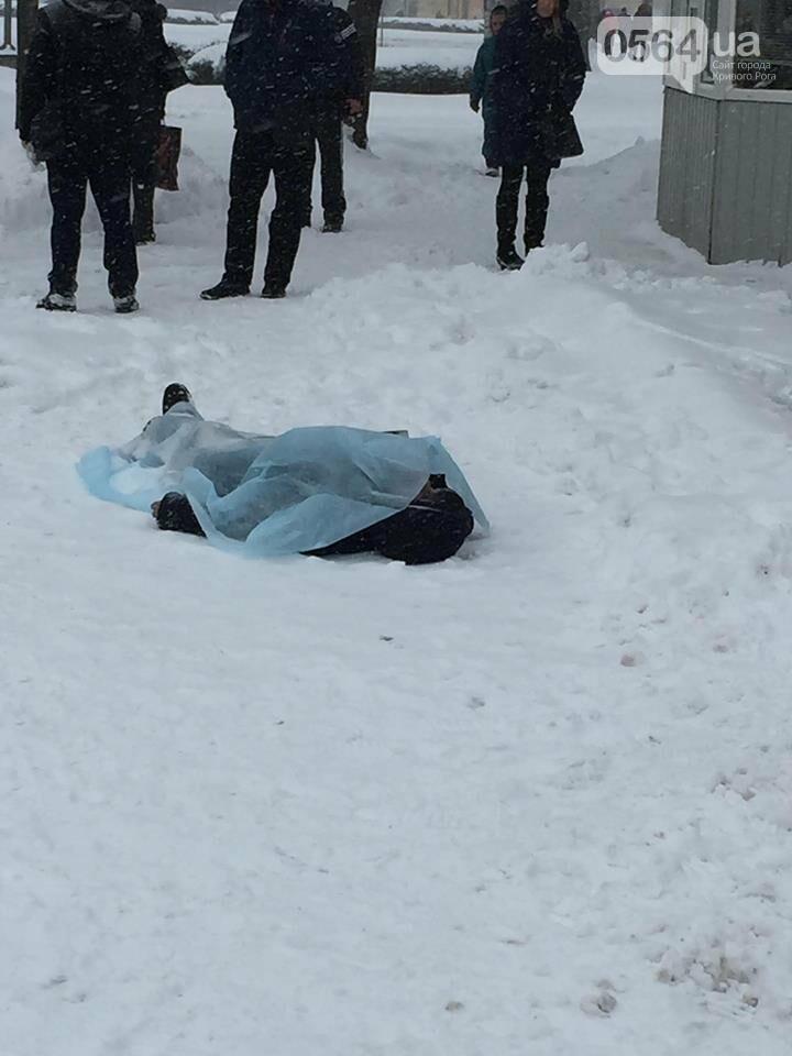 В Кривом Роге на остановке обнаружили труп (ФОТО 18+), фото-1