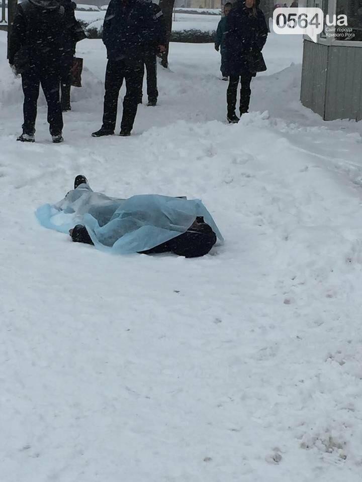 В Кривом Роге: на остановке умер мужчина, власти пообещали установить 3 памятника, у рецидивиста нашли арсенал оружия, фото-1