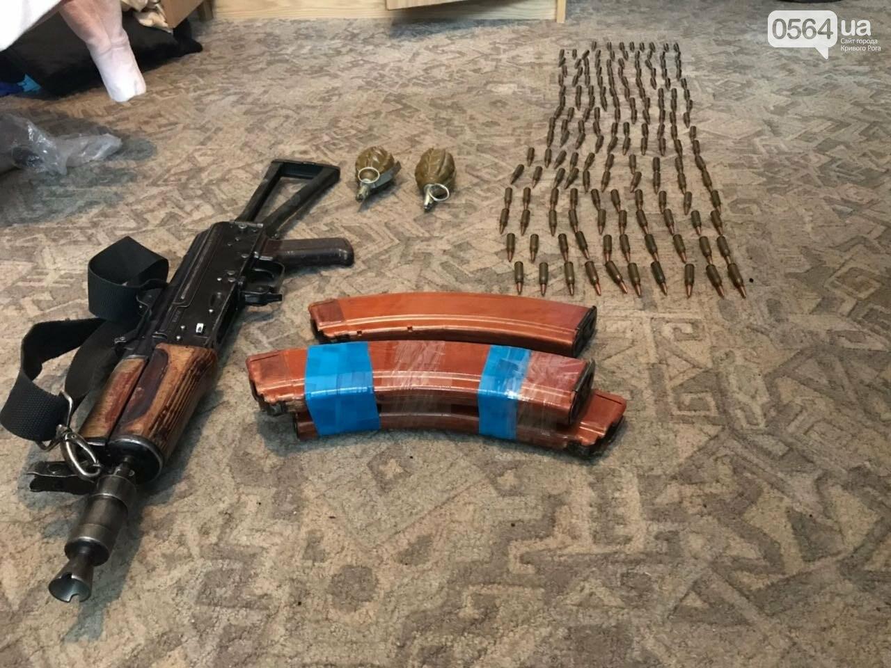 В Кривом Роге: на остановке умер мужчина, власти пообещали установить 3 памятника, у рецидивиста нашли арсенал оружия, фото-3