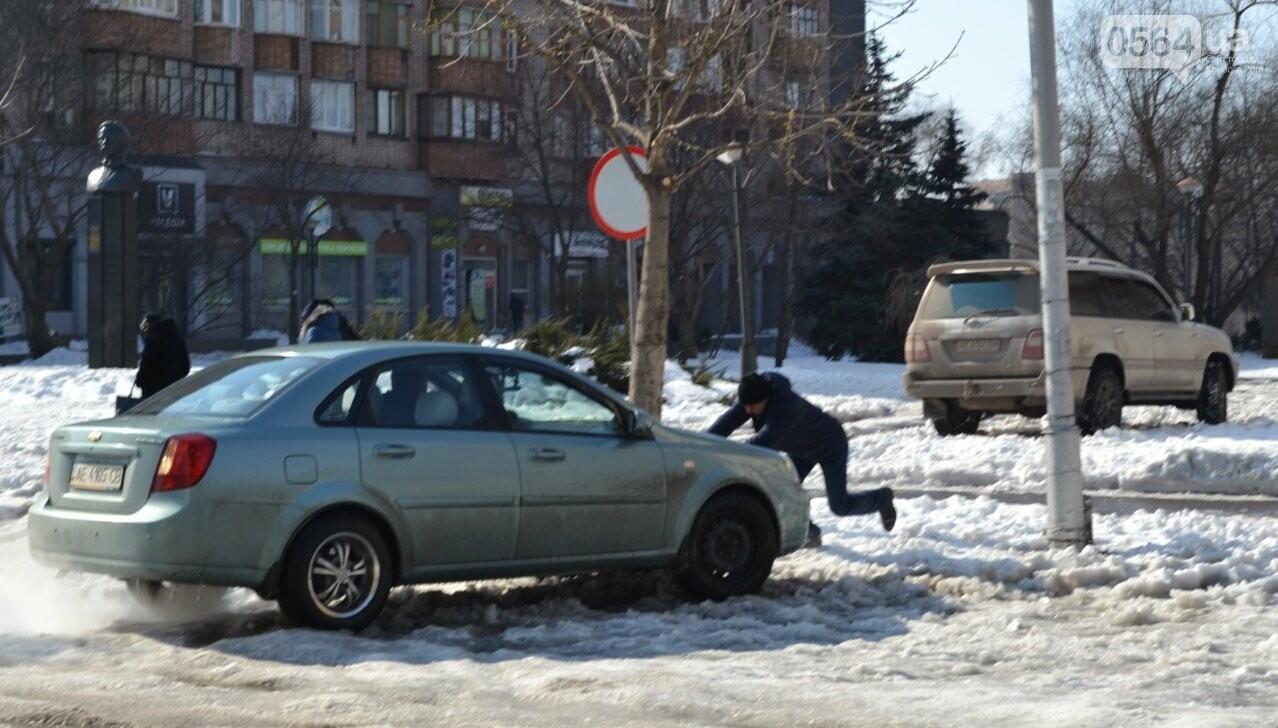 Внимание, гололед: В Кривом Роге проезжая часть для пешеходов безопаснее, чем тротуары (ФОТО), фото-21