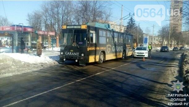 В Кривом Роге иномарка столкнулась с троллейбусом (ФОТО), фото-1