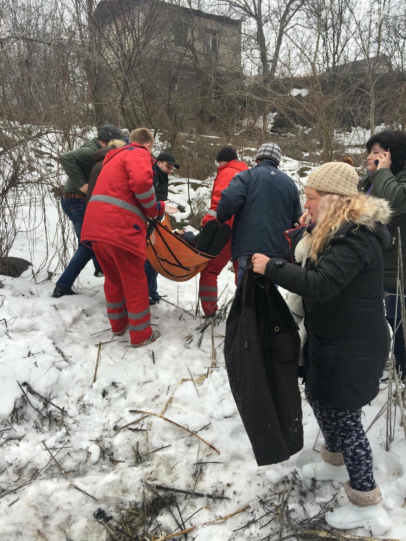 Неравнодушные жители Кривого Рога помогли в поисках мужчины, провалившегося в яму в районе станции скоростного трамвая (ФОТО), фото-3