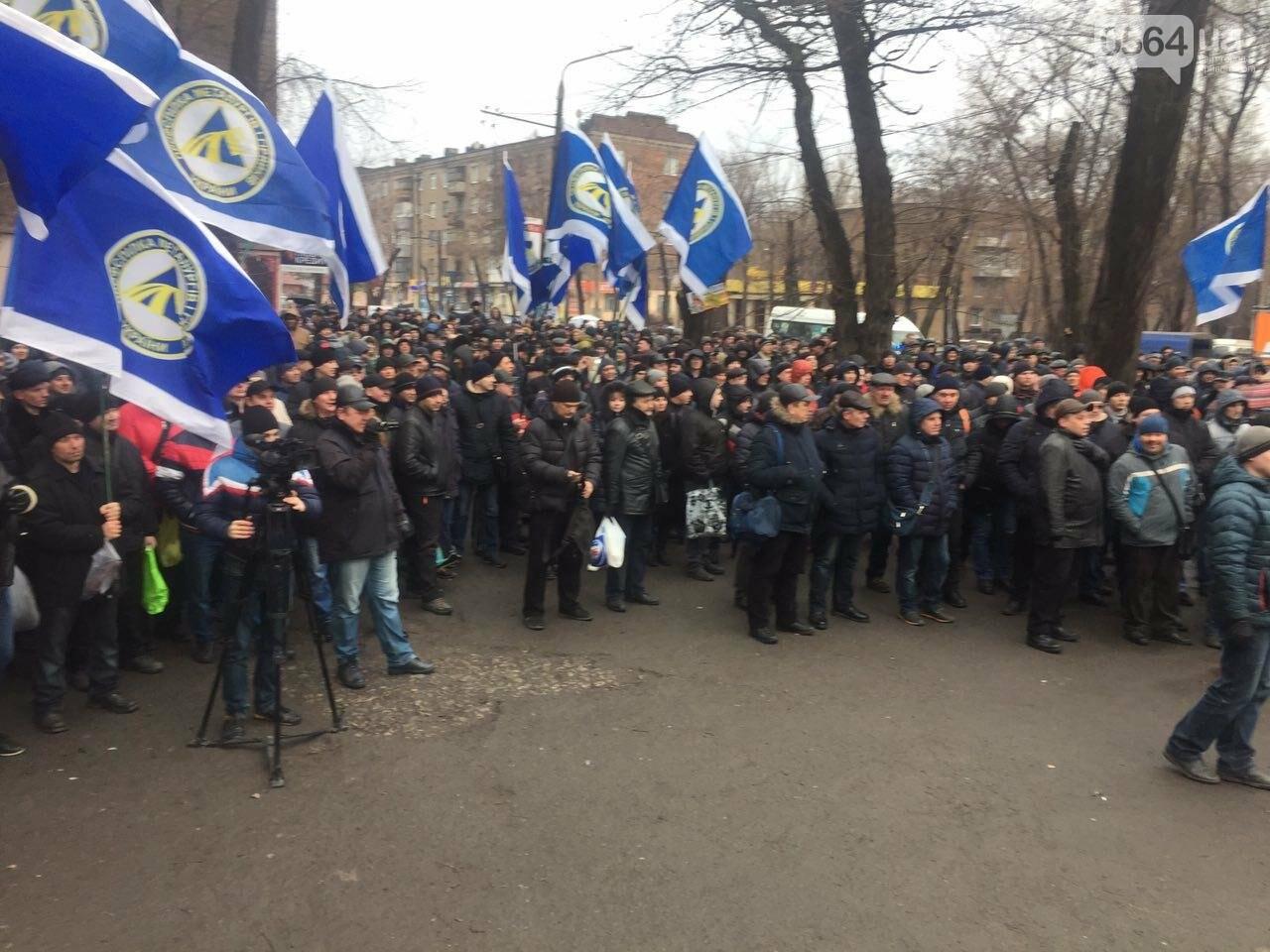 В Кривом Роге сотни работников промышленного гиганта вышли на митинг (ФОТО), фото-1