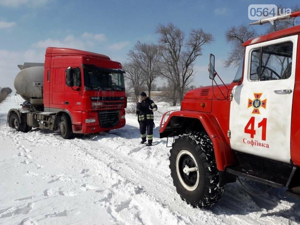 Под Кривым Рогом из-за снегопада грузовик слетел с трассы (ФОТО), фото-1