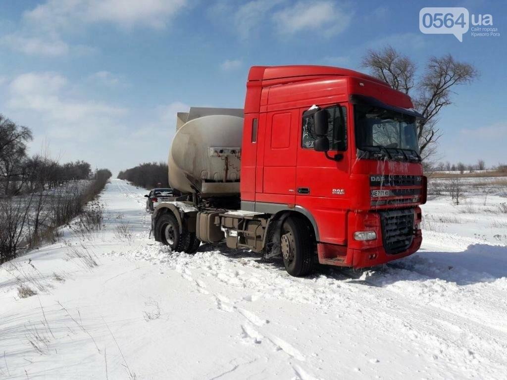 Под Кривым Рогом из-за снегопада грузовик слетел с трассы (ФОТО), фото-2