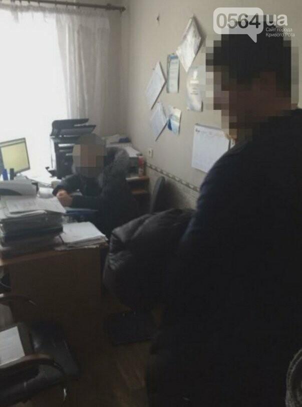 В Кривом Роге: задержали на взятке чиновницу, под горисполкомом обнаженный мужчина приставал к людям, трамвай сошел с рельсов, фото-3