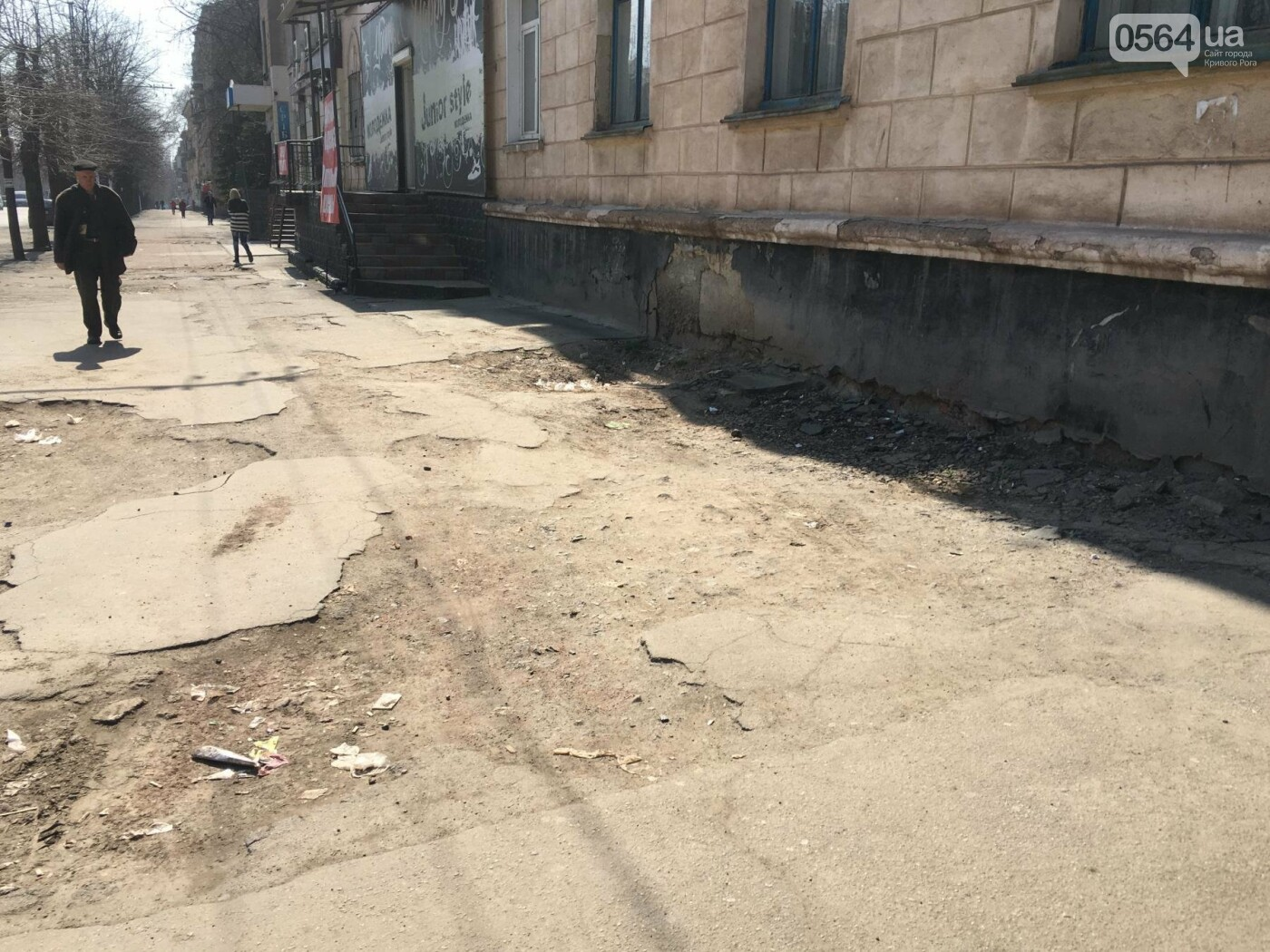 Криворожская правозащитница потребовала отремонтировать остановку так же быстро, как и дорожки перед райисполкомом (ФОТО), фото-8