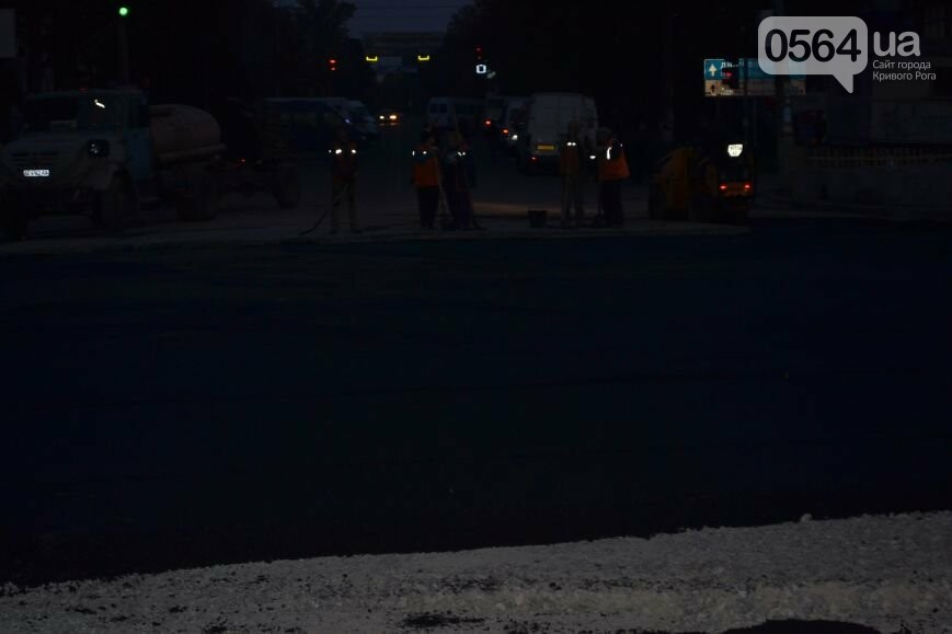 В Кривом Роге ремонтируют участок, на котором 2 с половиной года назад укладывали асфальт ночью (ФОТО), фото-7