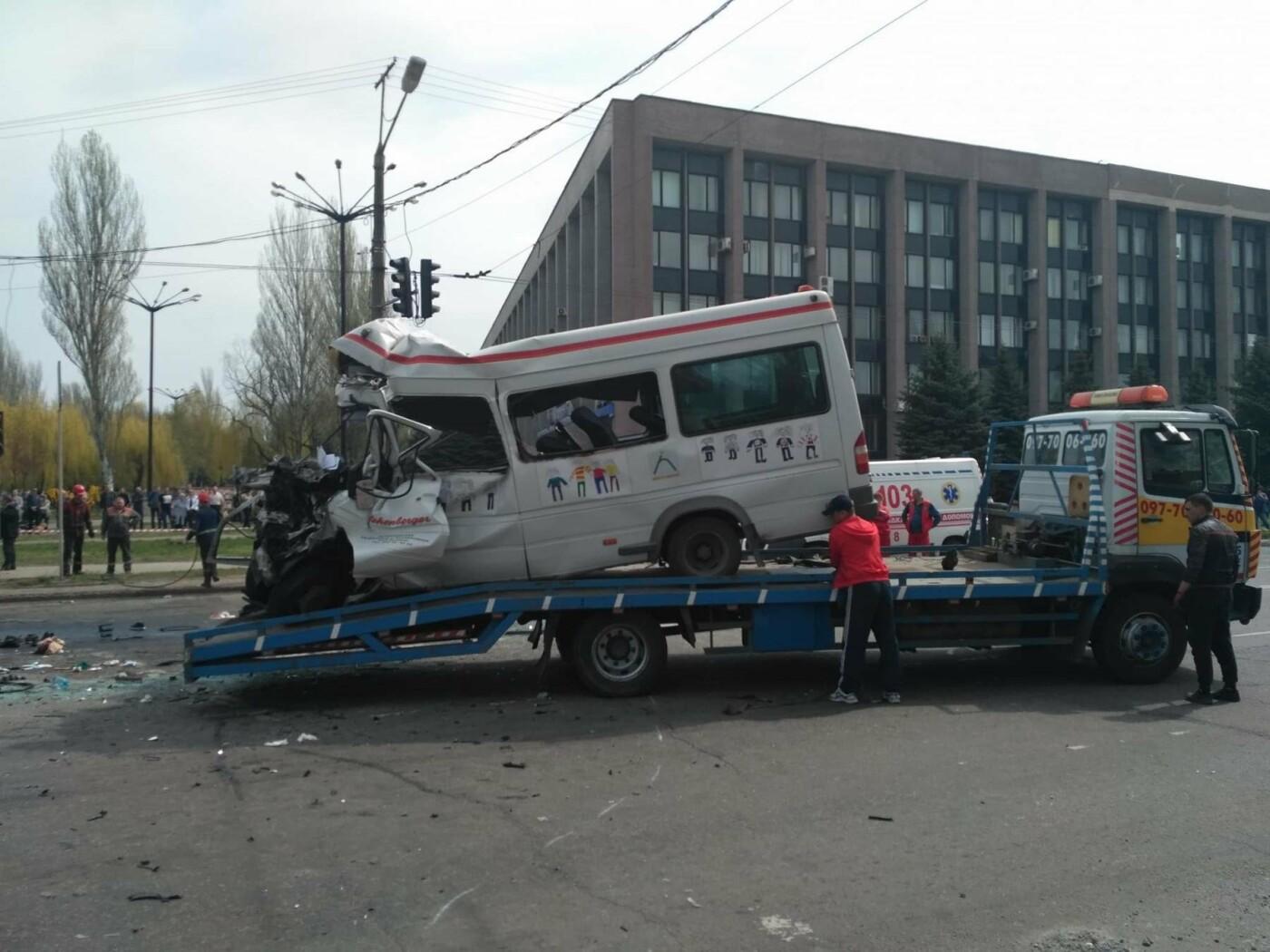 В Кривом Роге убирают место, где в результате аварии погибли 8 человек (ФОТО), фото-1