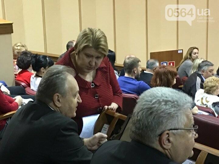 Сессия Криворожского горсовета началась минутой молчания в память о 10 погибших в ДТП и бойце Максиме Черкуне (ФОТО), фото-1