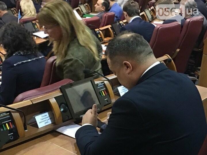 Сессия Криворожского горсовета началась минутой молчания в память о 10 погибших в ДТП и бойце Максиме Черкуне (ФОТО), фото-2