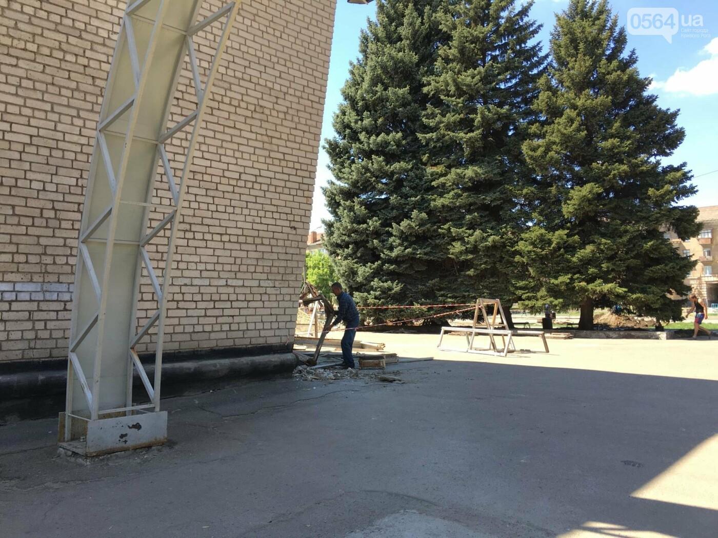 В Кривом Роге перед Дворцом культуры убрали остатки памятника Ленину (ФОТО), фото-16