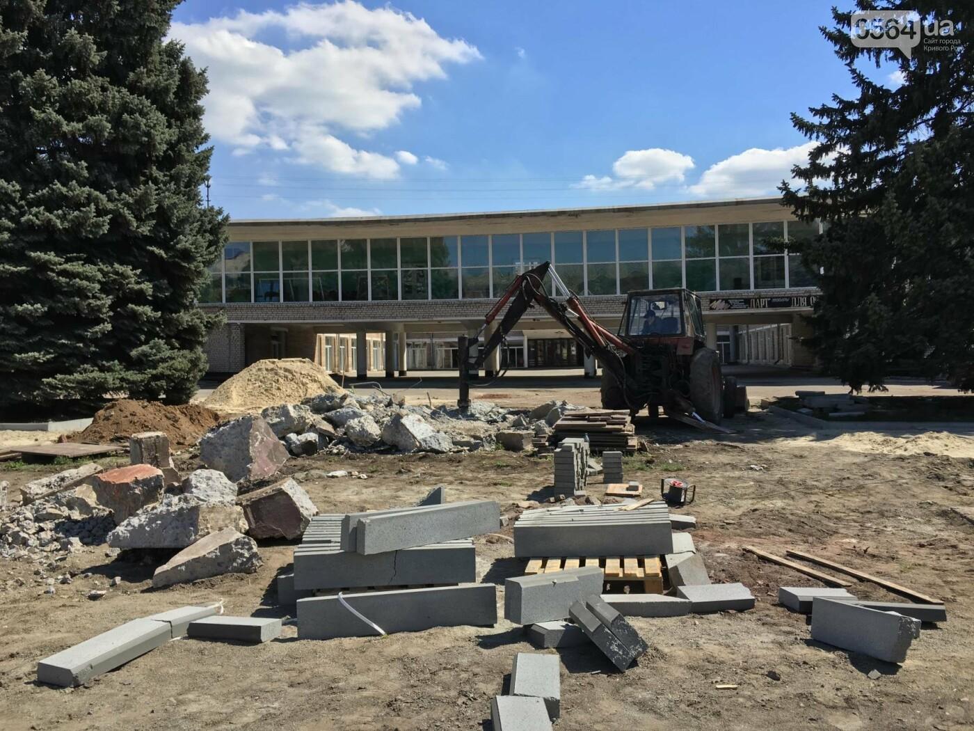 В Кривом Роге перед Дворцом культуры убрали остатки памятника Ленину (ФОТО), фото-17