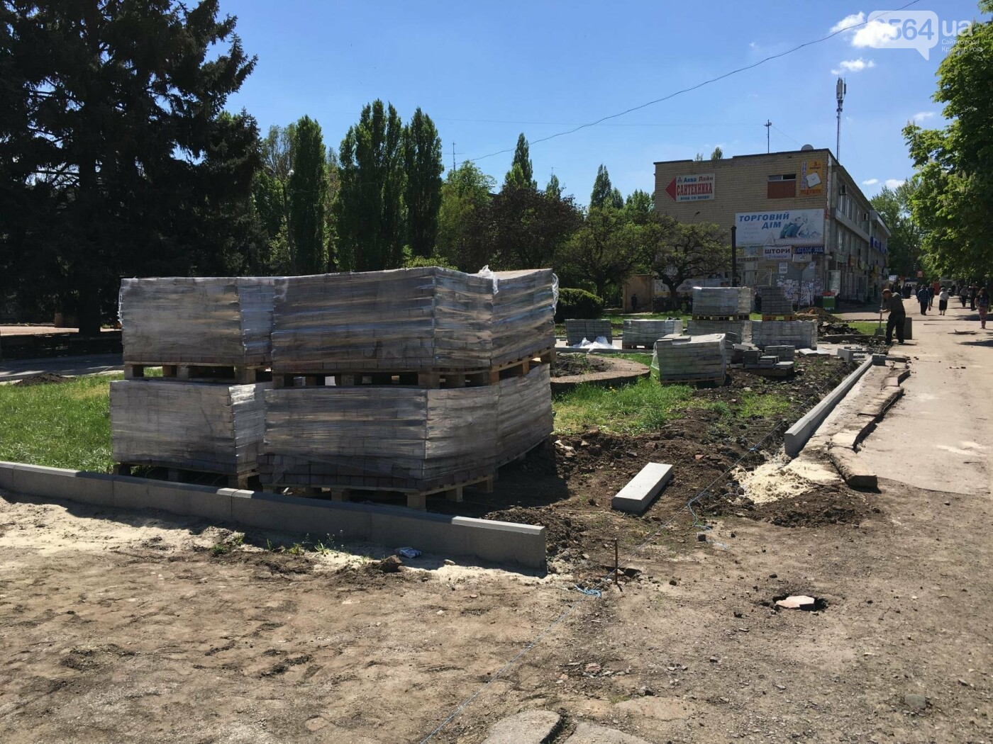 В Кривом Роге перед Дворцом культуры убрали остатки памятника Ленину (ФОТО), фото-20