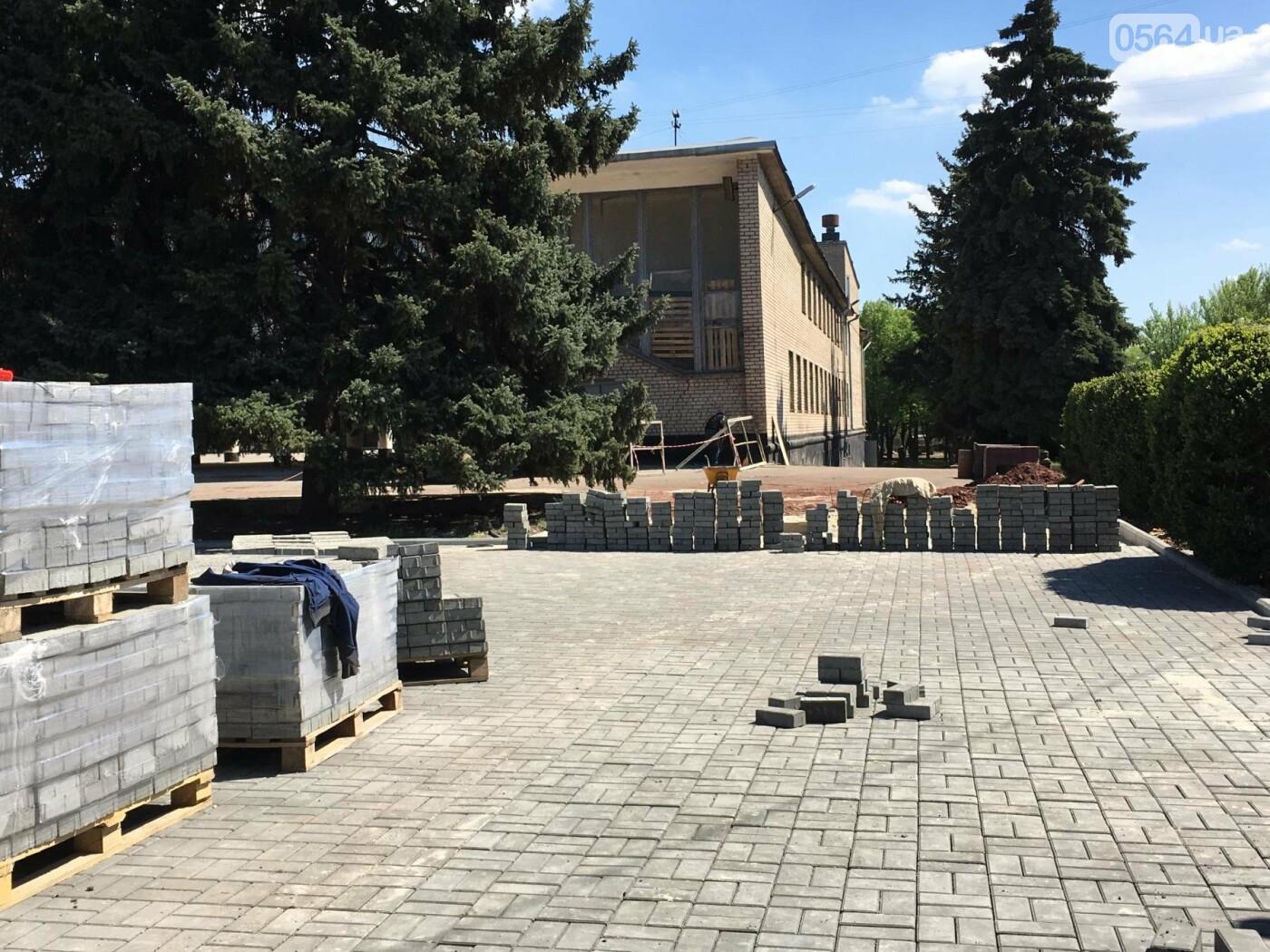В Кривом Роге перед Дворцом культуры убрали остатки памятника Ленину (ФОТО), фото-11