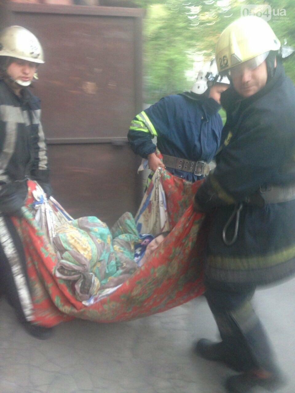 В Кривом Роге спасатели вынесли из горящей квартиры пенсионерку (ФОТО) , фото-3