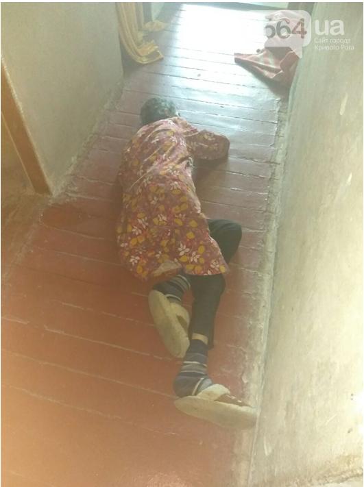 В Кривом Роге беспомощная старушка лежала в закрытой квартире с тяжелой травмой , фото-1