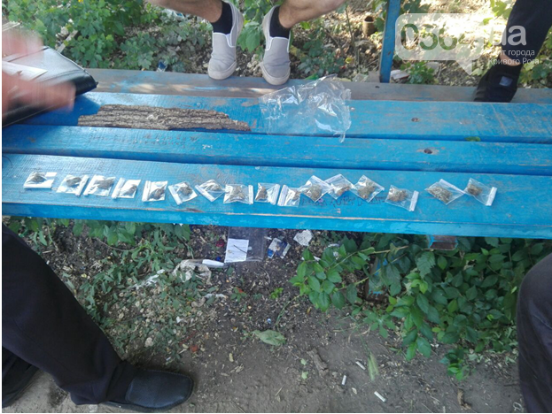 На спортплощадке у двоих криворожан обнаружили наркотики, - ФОТО, фото-1