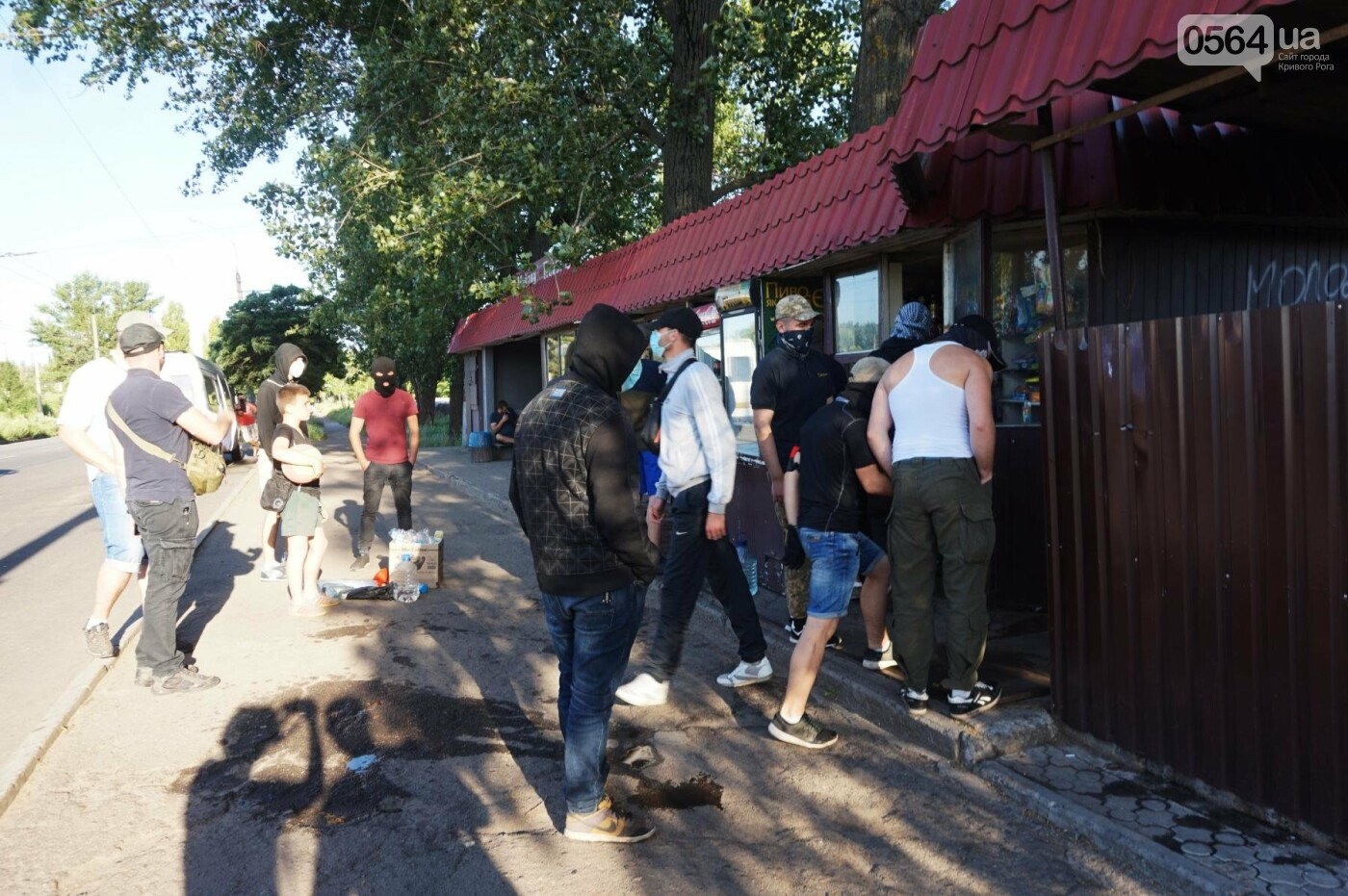 """""""При Януковиче такого не было..."""": криворожанка негодовала из-за закрытия активистами """"наливайки"""", - ФОТО, ВИДЕО, фото-34"""
