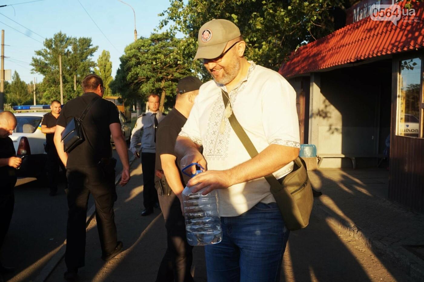 """""""При Януковиче такого не было..."""": криворожанка негодовала из-за закрытия активистами """"наливайки"""", - ФОТО, ВИДЕО, фото-83"""