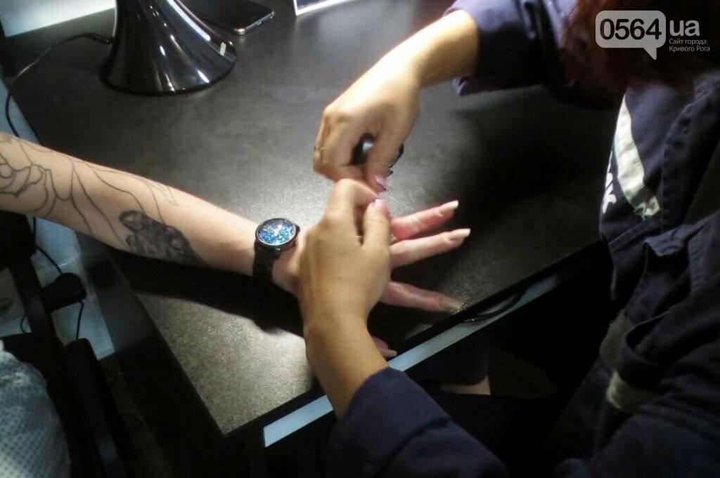 На Днепропетровщине спасатели с помощью спецоборудования помогли женщине снять обручальное кольцо, - ФОТО, фото-3