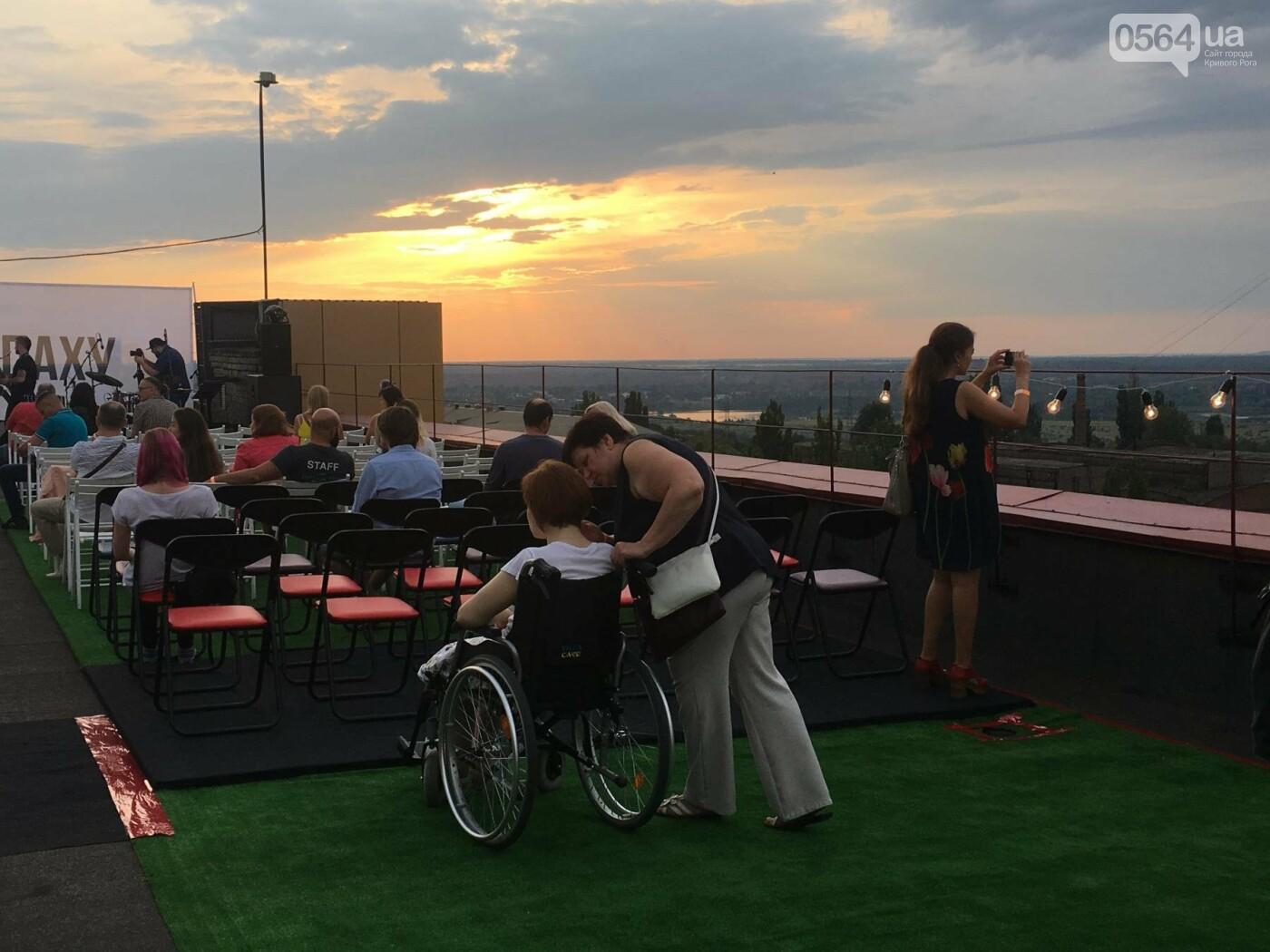 Сотни криворожан встречали закат на крыше отеля под мелодии джаза, - ФОТО, ВИДЕО, фото-25