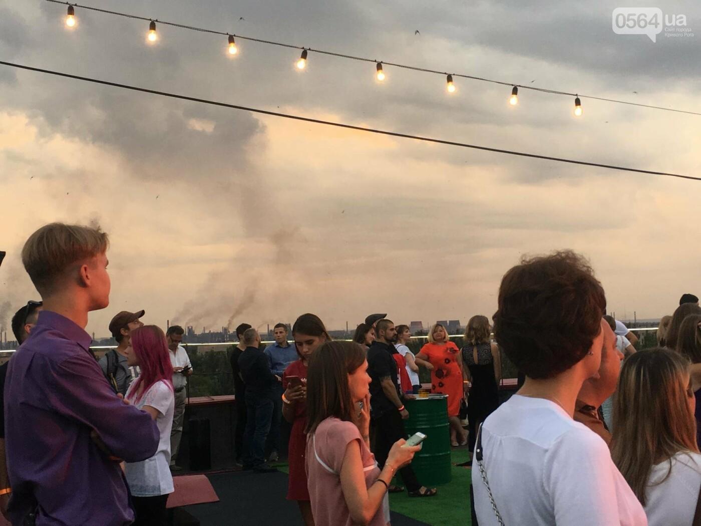 Сотни криворожан встречали закат на крыше отеля под мелодии джаза, - ФОТО, ВИДЕО, фото-17