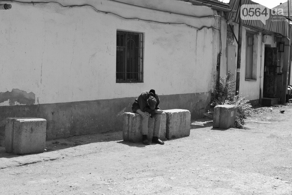 "Темная сторона ""города без окраин"": В центре Кривого Рога - гаражи-наливайки, торговля самогоном и люди-тени, - ФОТО, фото-1"