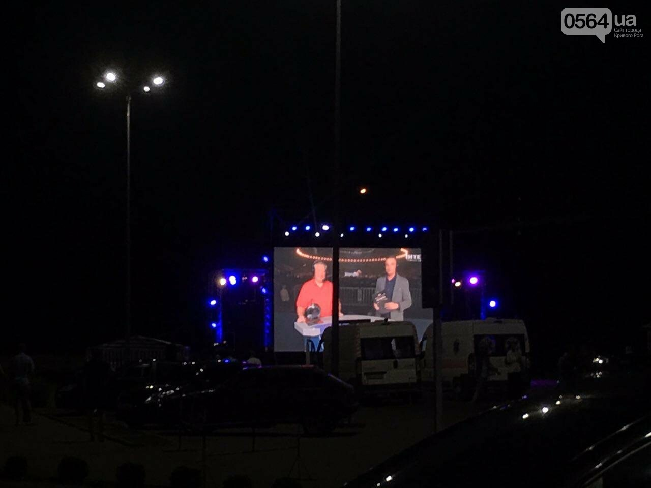 """В Кривом Роге горожане собрались у ТРК """"Солнечная галерея"""", чтобы посмотреть бой Усика с Гассиевым, - ФОТО, фото-2"""