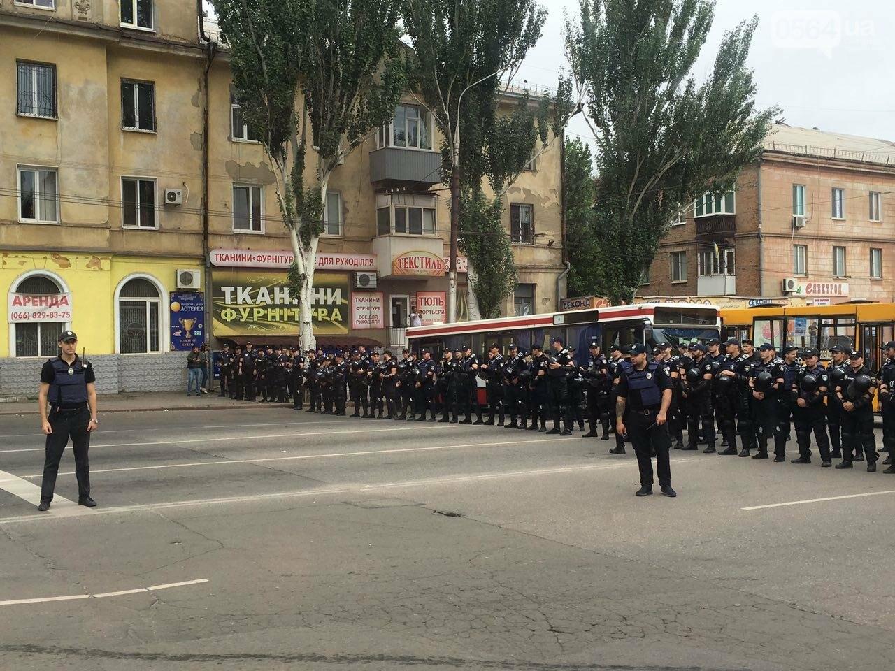 Такого Кривой Рог еще не видел: Сотни полицейских охраняли мирное шествие нескольких десятков людей, - ФОТО, фото-3