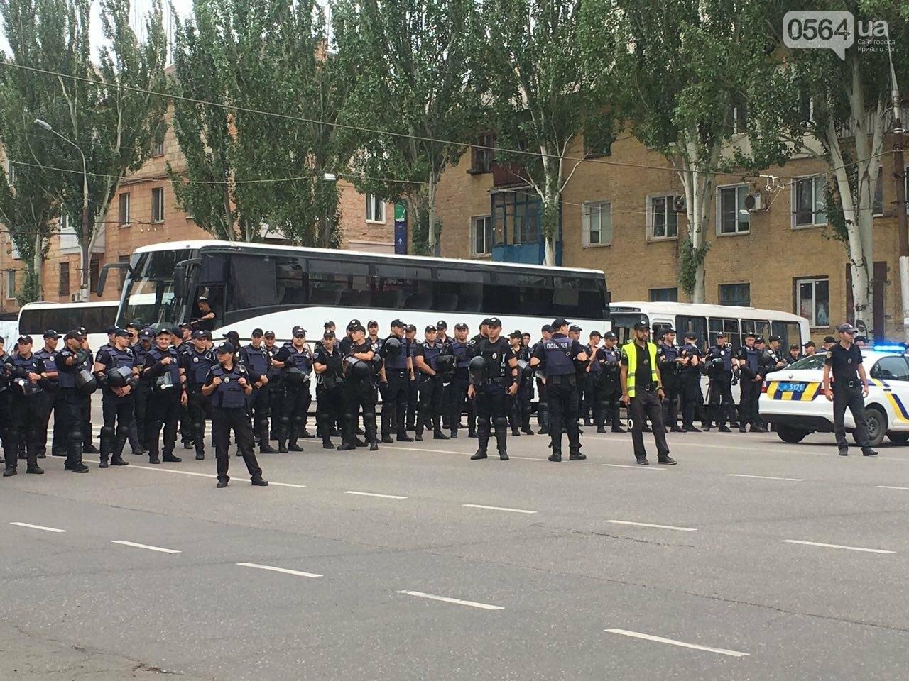 Такого Кривой Рог еще не видел: Сотни полицейских охраняли мирное шествие нескольких десятков людей, - ФОТО, фото-9