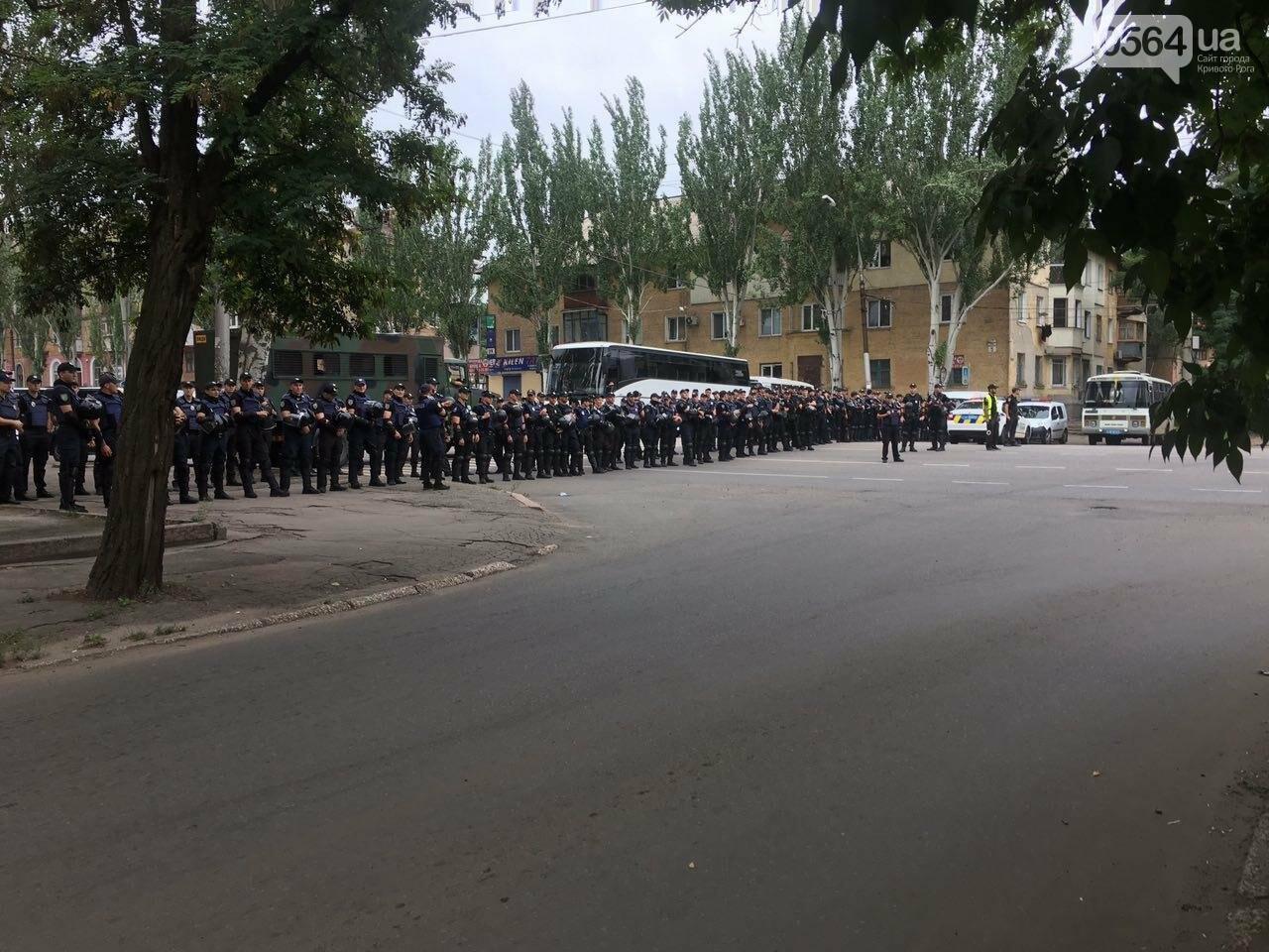 Такого Кривой Рог еще не видел: Сотни полицейских охраняли мирное шествие нескольких десятков людей, - ФОТО, фото-11
