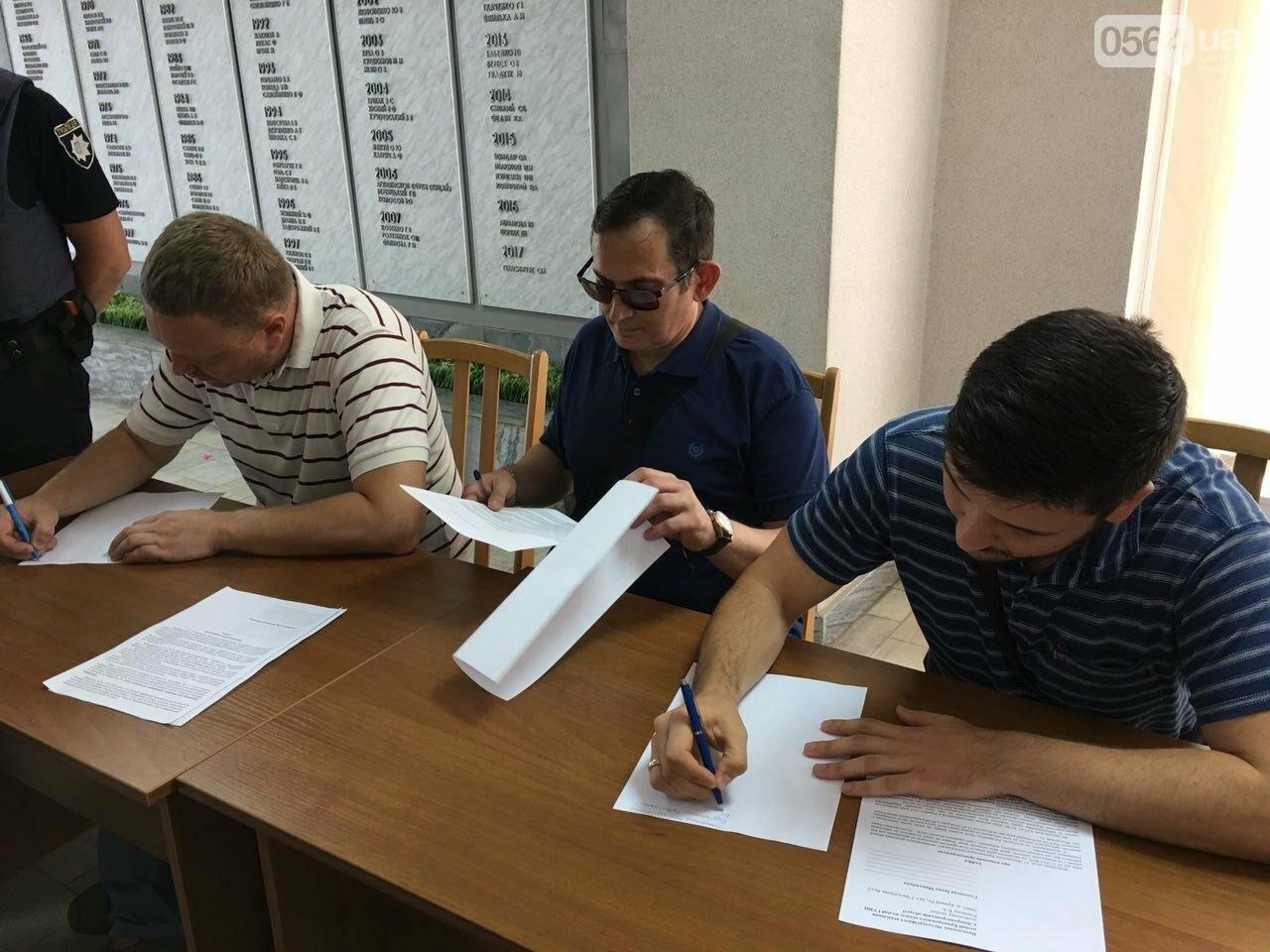 Криворожские депутаты написали заявления об уголовном преступлении в стенах горсовета, - ФОТО, фото-3