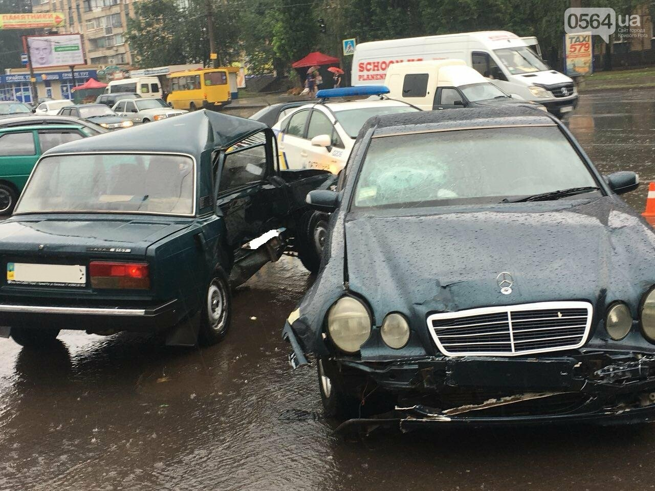 В Кривом Роге под дождем на перекрестке столкнулись иномарка и ВАЗ, - ФОТО, фото-1