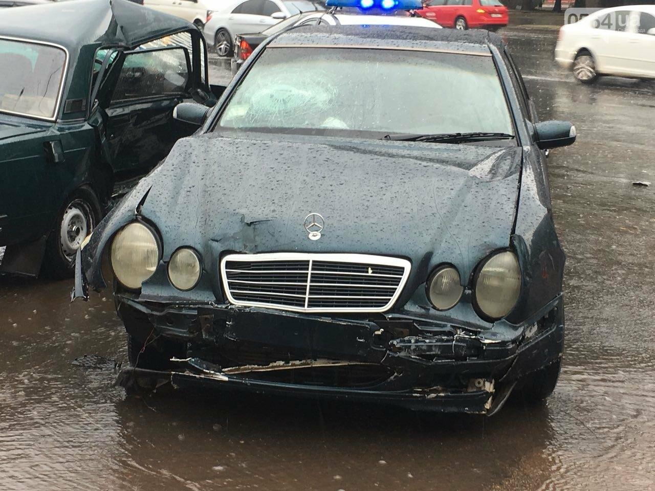 В Кривом Роге под дождем на перекрестке столкнулись иномарка и ВАЗ, - ФОТО, фото-13