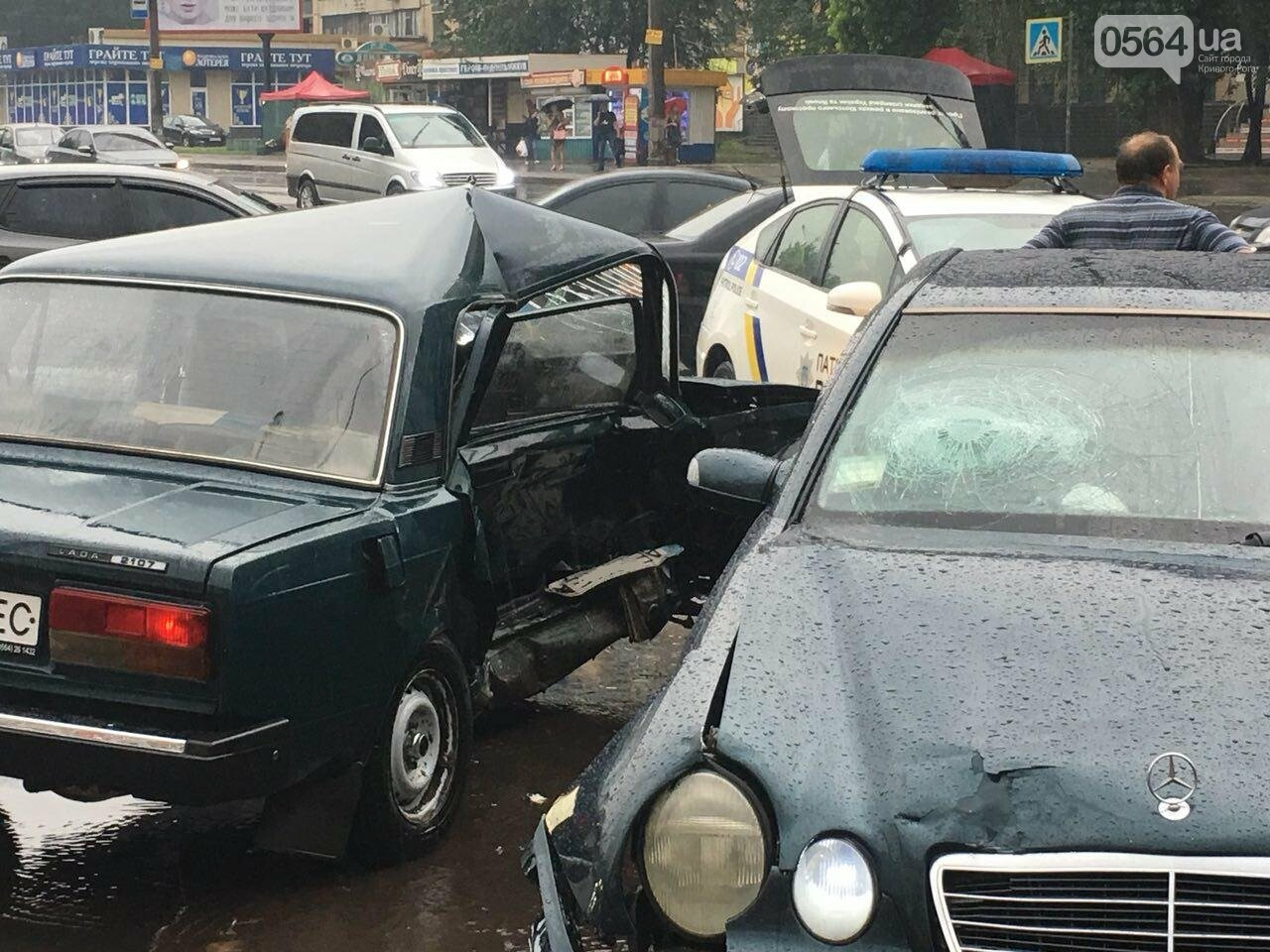 В Кривом Роге под дождем на перекрестке столкнулись иномарка и ВАЗ, - ФОТО, фото-21