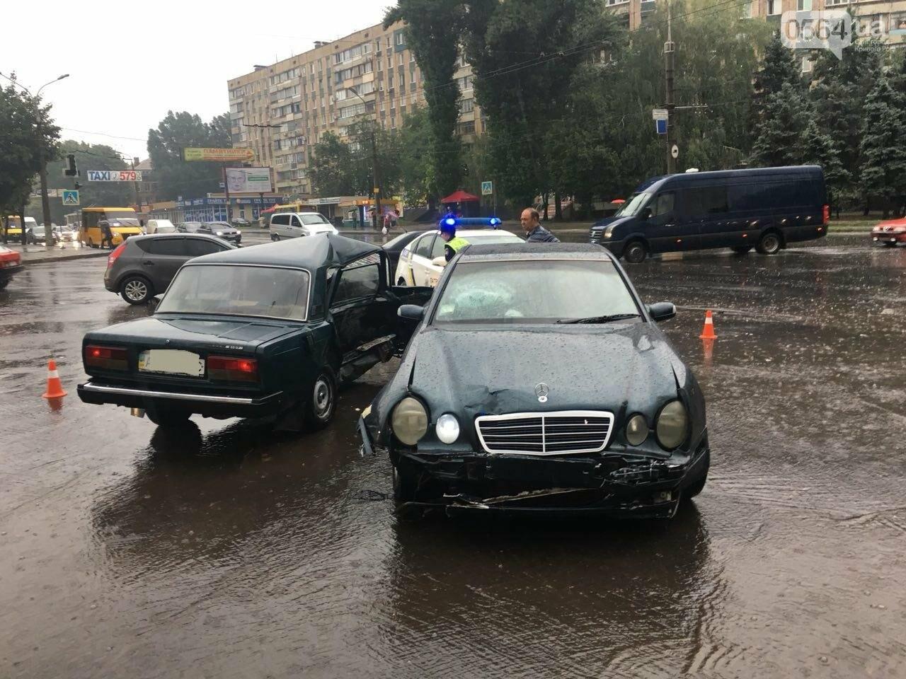 В Кривом Роге под дождем на перекрестке столкнулись иномарка и ВАЗ, - ФОТО, фото-22