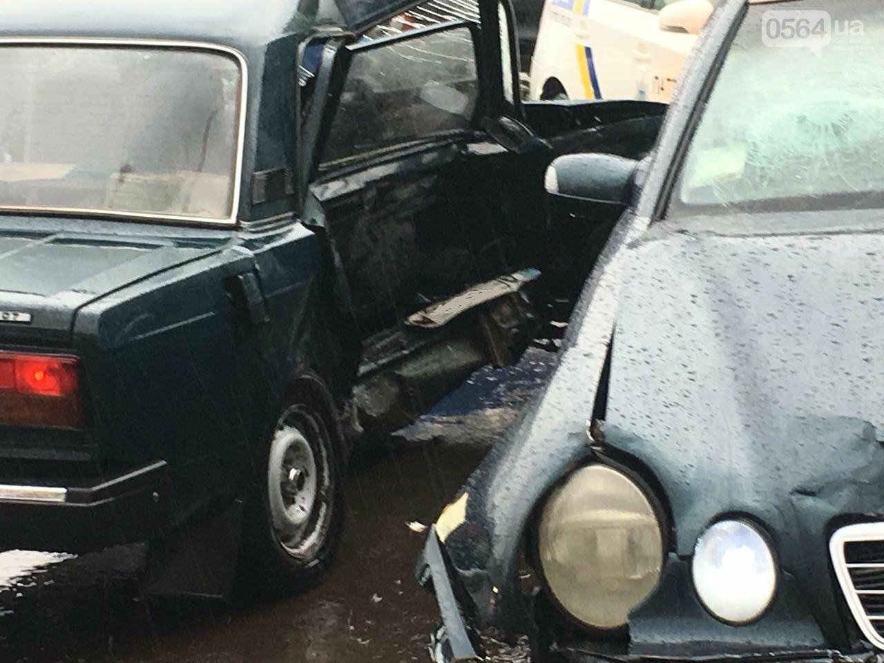 В Кривом Роге под дождем на перекрестке столкнулись иномарка и ВАЗ, - ФОТО, фото-17