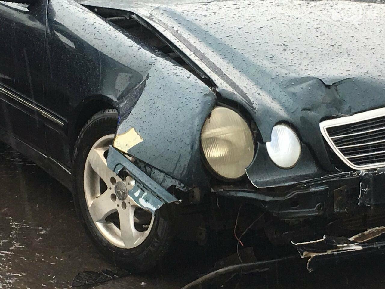 В Кривом Роге под дождем на перекрестке столкнулись иномарка и ВАЗ, - ФОТО, фото-6