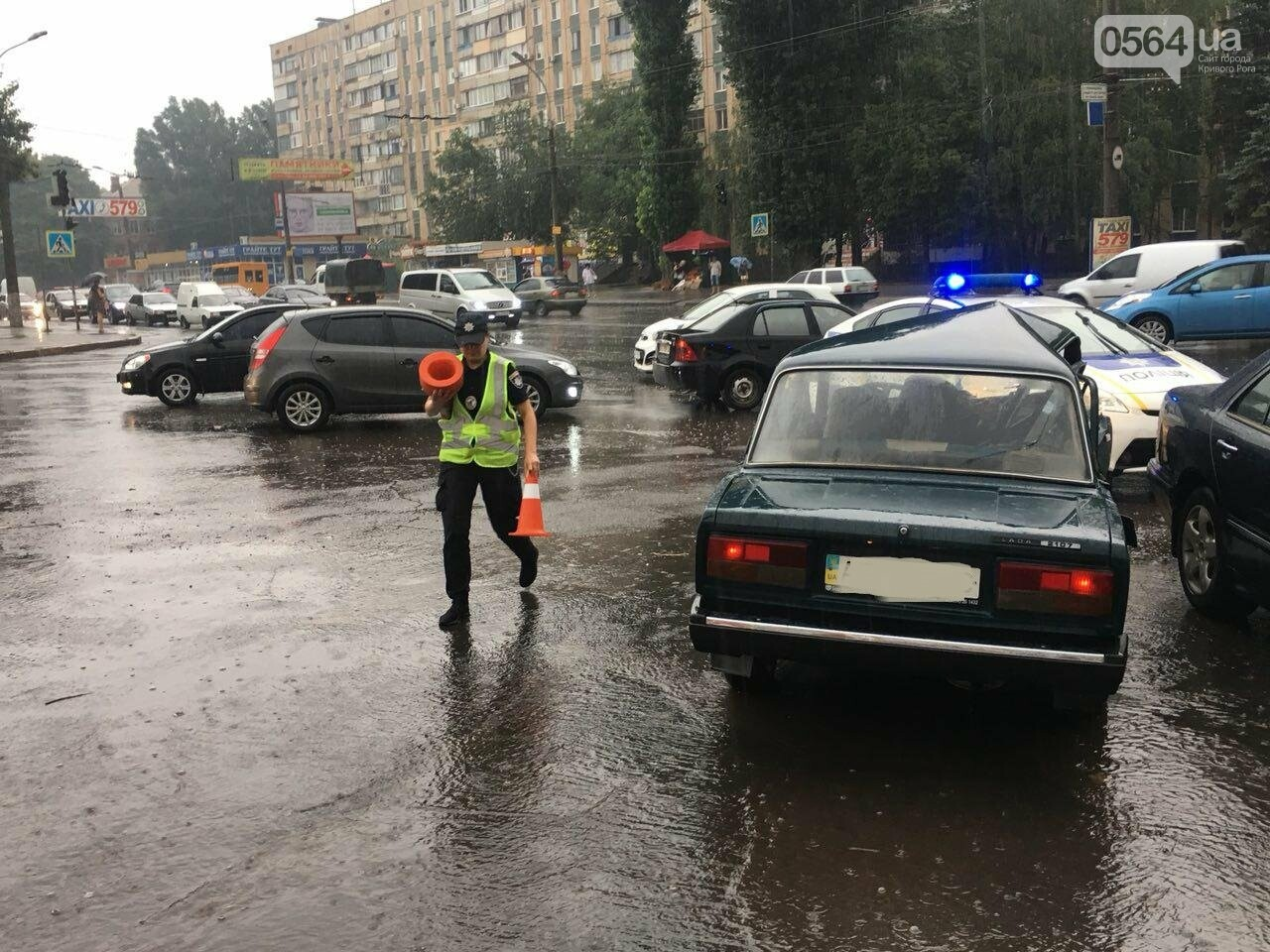 В Кривом Роге под дождем на перекрестке столкнулись иномарка и ВАЗ, - ФОТО, фото-23