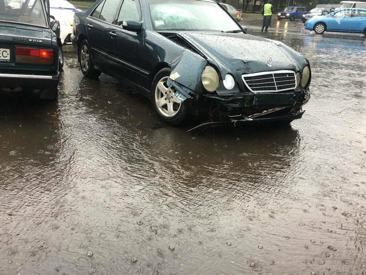 В Кривом Роге под дождем на перекрестке столкнулись иномарка и ВАЗ, - ФОТО, фото-18